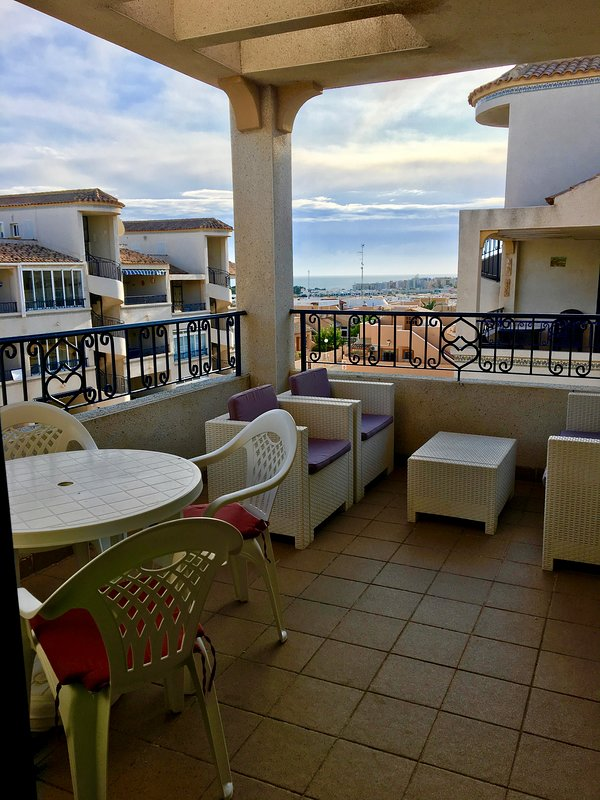 2 bed 1 bath top floor apartment with roof solarium, uktv, wifi DC048, holiday rental in Punta Prima