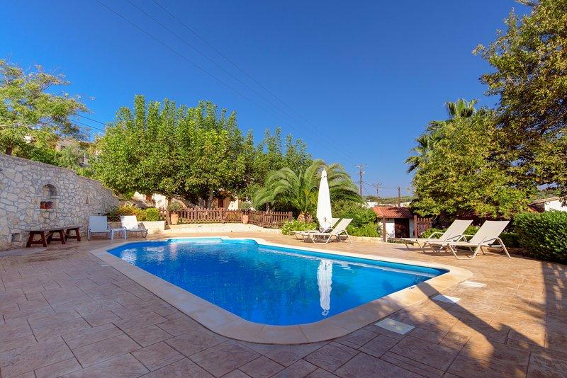 Alia Stone Villa - Private heated pool, huge garden and playground., Ferienwohnung in Platanias