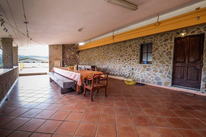 La Tavernetta Einraumwohnung Zimmervermietung mit Kueche. Terrasse mit Meerblick, holiday rental in Bacu Abis