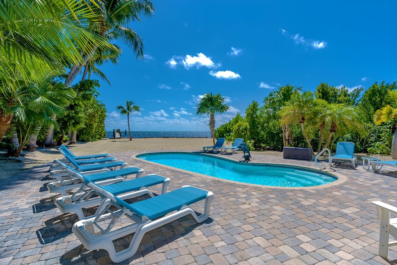 Blue Dolphin  Private Oceanfront 1.8 acre Estate on Millionaire's Row with Pool, location de vacances à Islamorada