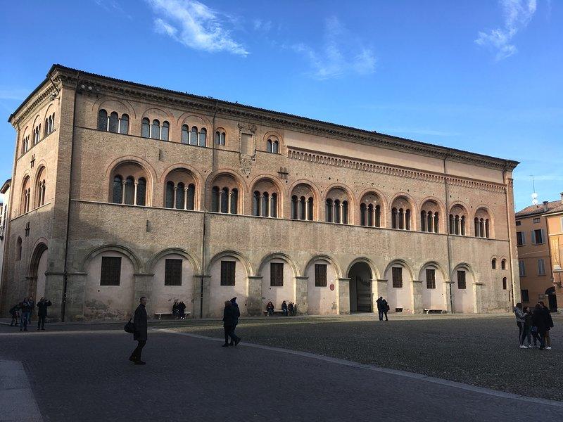 De omgeving - Bisschoppelijk paleis op Piazza Duomo