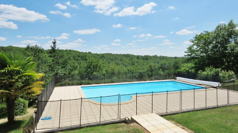 Big house with swimming-pool & Wifi, casa vacanza a Sarliac-sur-l'Isle