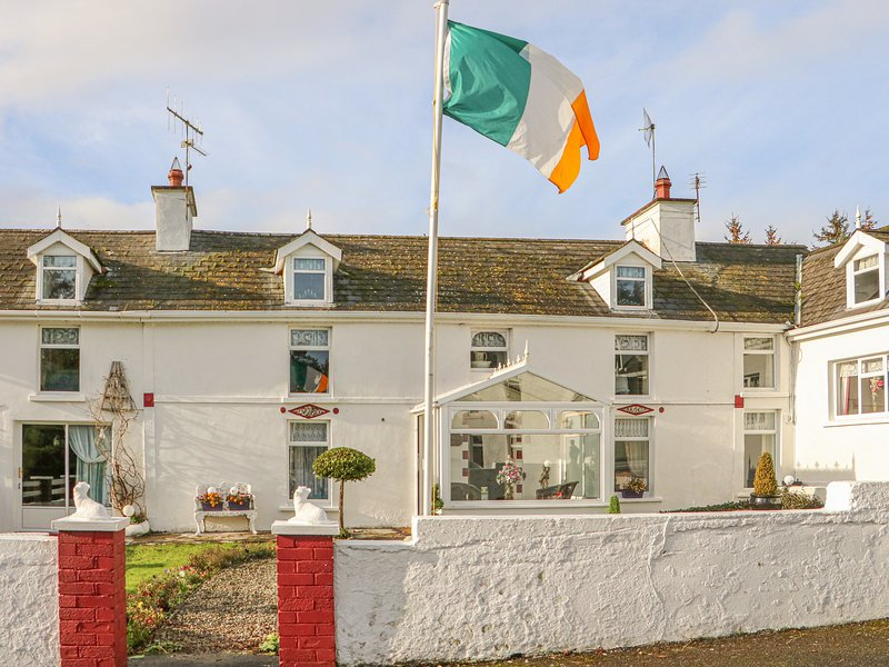 THE FARMHOUSE, family friendly, character holiday cottage, with a garden in, holiday rental in Drinagh