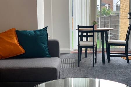 Modern Apartment 2/With Parking 2, holiday rental in Chigwell