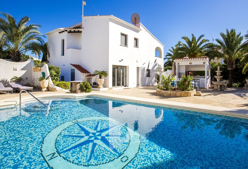 Villa El Barco - Villa with private pool and sea views close to the beach Calpe, holiday rental in Calpe