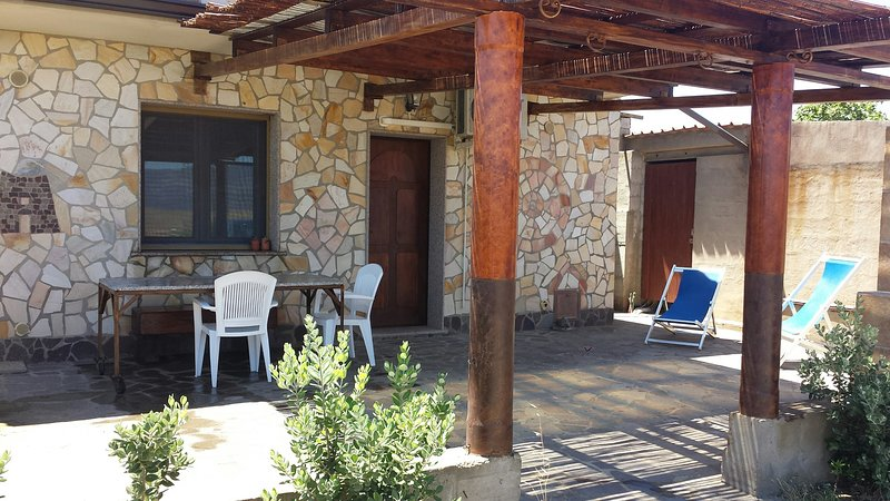 Barrierefreie Ferienwohnung auf Olivenhain in ruhiger Umgebung, holiday rental in Bacu Abis