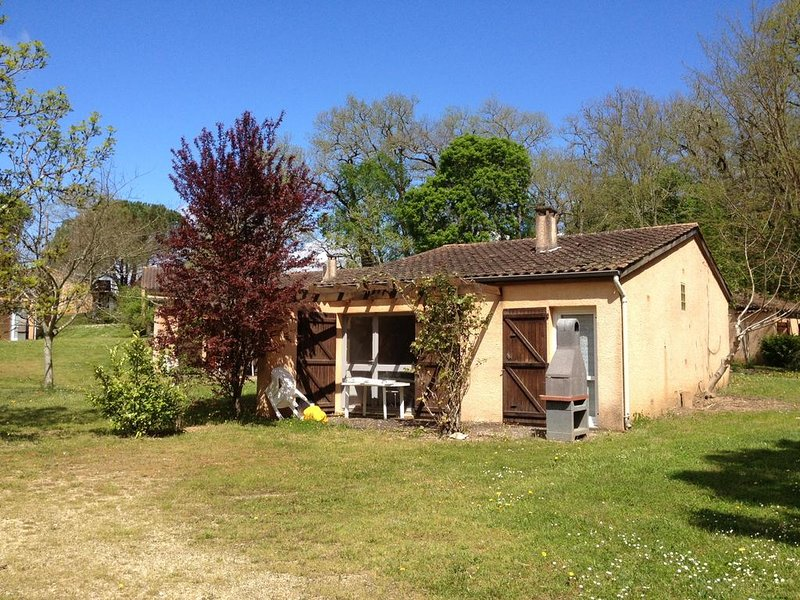 Beautiful house with shared pool, location de vacances à Sérignac