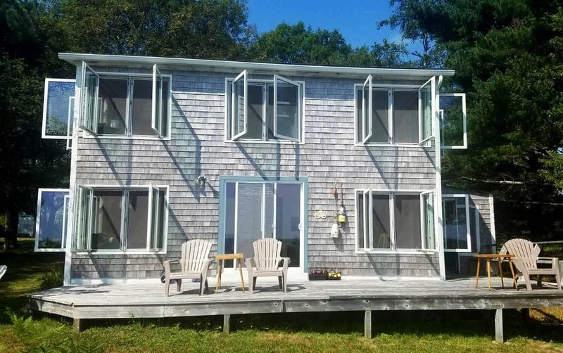 Ravens Hollow - Cozy and Quiet Oceanfront Cottage, holiday rental in Barrington