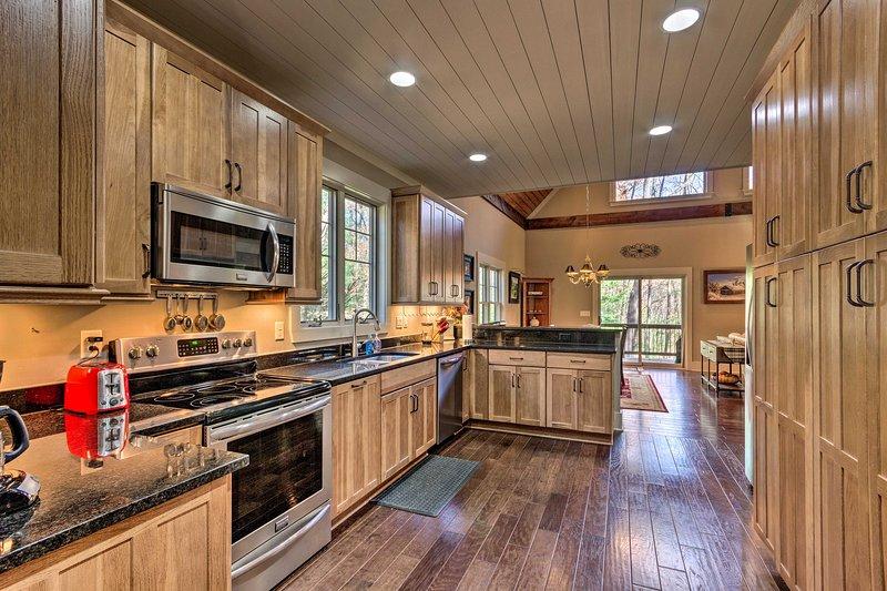 Prepara le tue ricette preferite nella bella e spaziosa cucina.