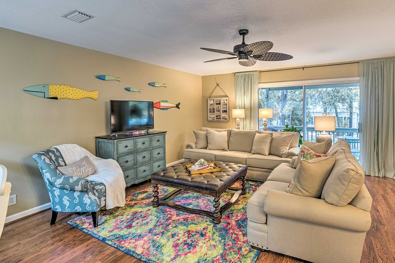 The St. Simons Island condo accommodates 6 guests.