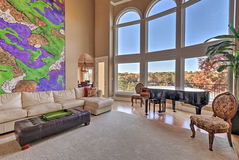 Luxe Waterfront Villa w/Theater, Pool & Boat Dock!, holiday rental in Lake Hamilton