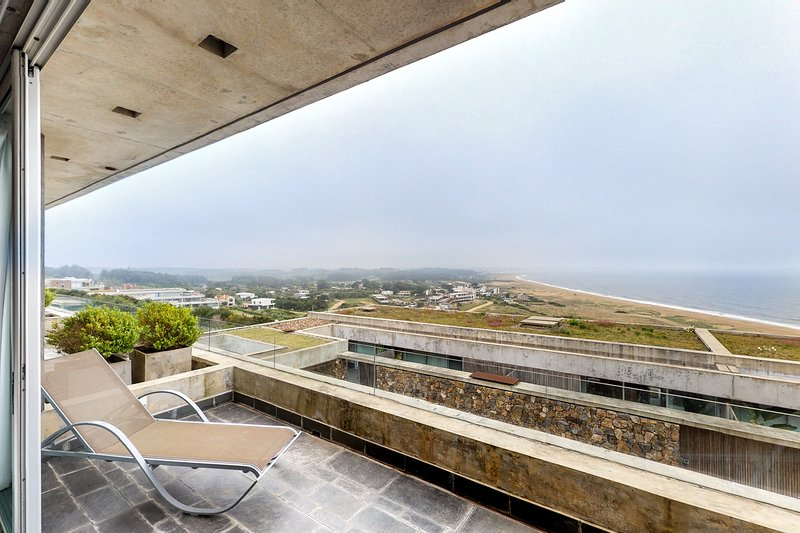 Sleek two-story apt. w/ocean and beach views from balcony & shared pool, location de vacances à Punta Ballena