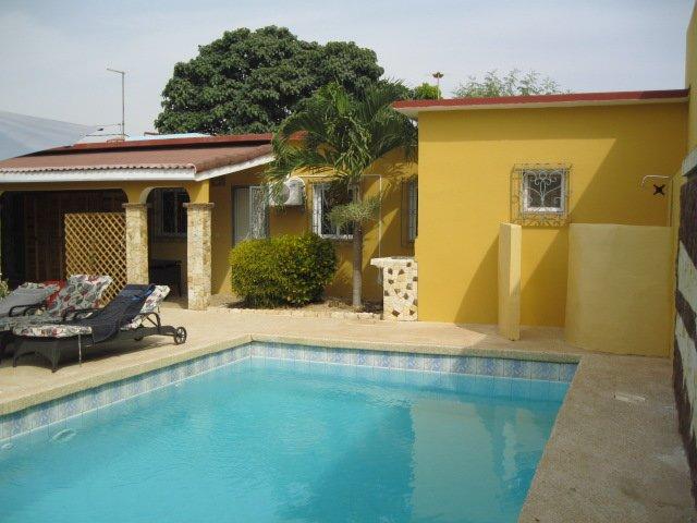accolé à une villa privée hors résidence, location de vacances à Saly