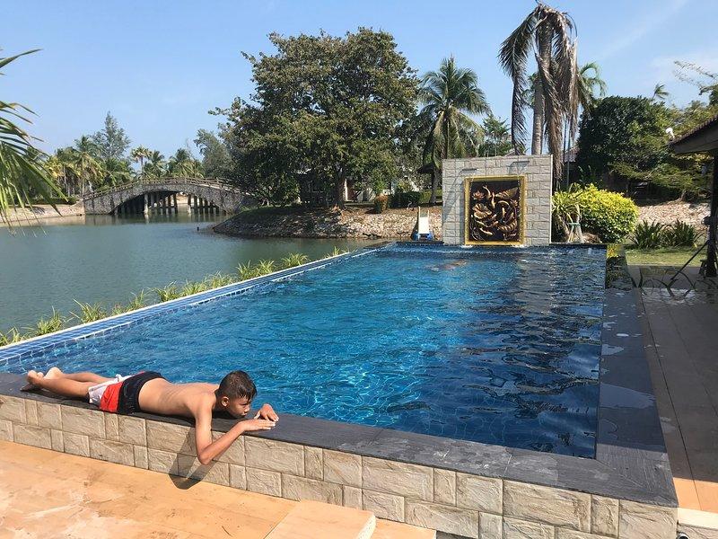Piscina privada junto a la villa piscina para adultos 8x4m 1.5m de profundidad. Piscina para niños 1x4m 0.7m de profundidad