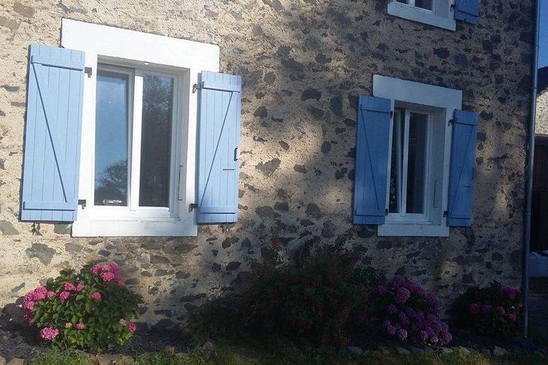 Maison en pleine campagne avec piscine chauffée, casa vacanza a Ladignac le Long