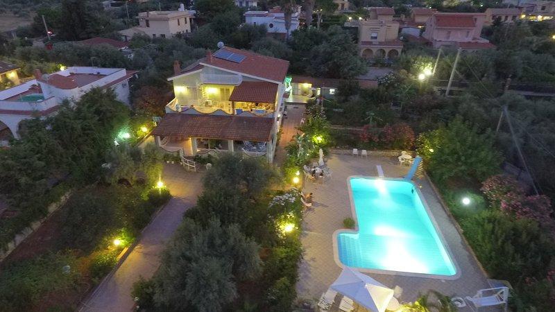 Panoramico appartamento in villa con piscina e giardino Wi-fi, holiday rental in Torre Colonna-Sperone