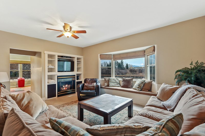 Waterfront Victorian home w/ a gas fireplace, dock, & beautiful view!, holiday rental in Ponderay