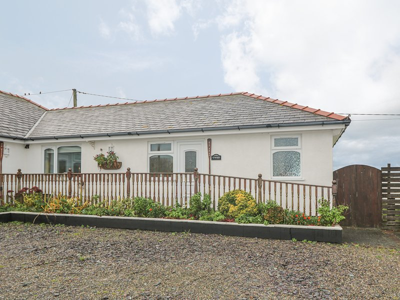 SEA SPRAY, WiFi, underfloor heating, decking with countryside views, Ref 966901, vacation rental in Dinas Dinlle