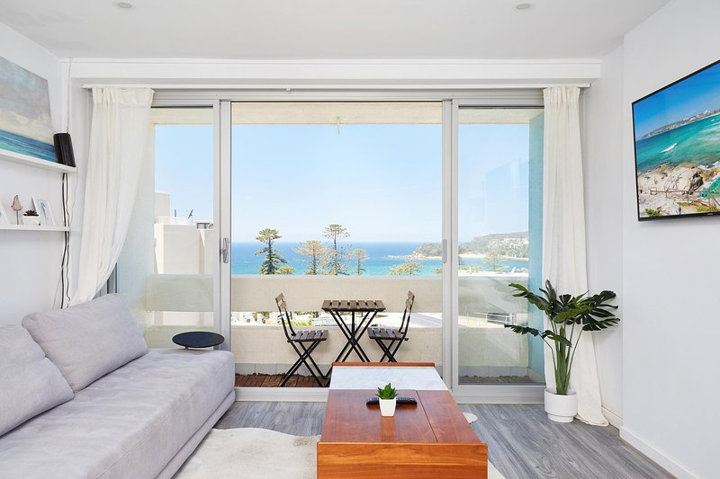 Panoramic Ocean Views in Stylish Manly Apartment, holiday rental in Fairlight