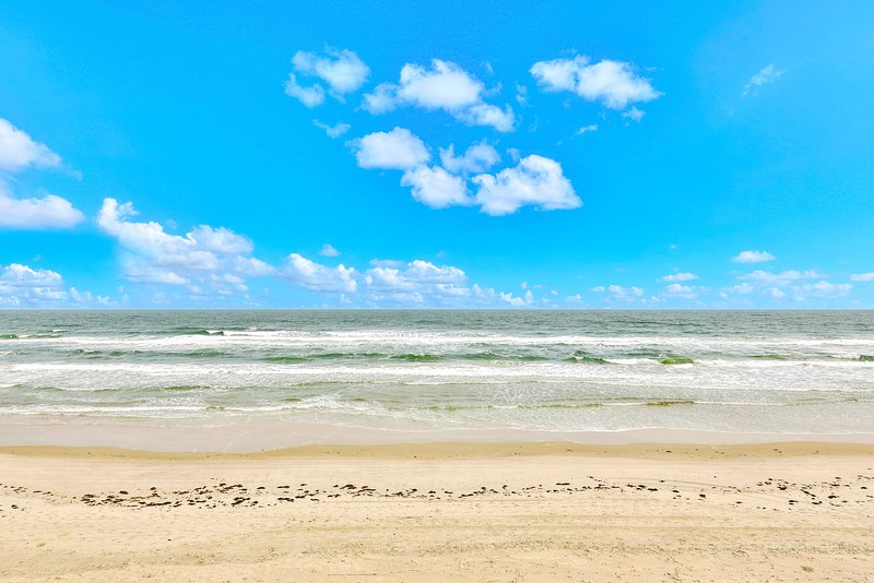 Direct oceanfront condo w/ shared, outdoor pool, hot tub, & fitness room, vacation rental in Ponce Inlet