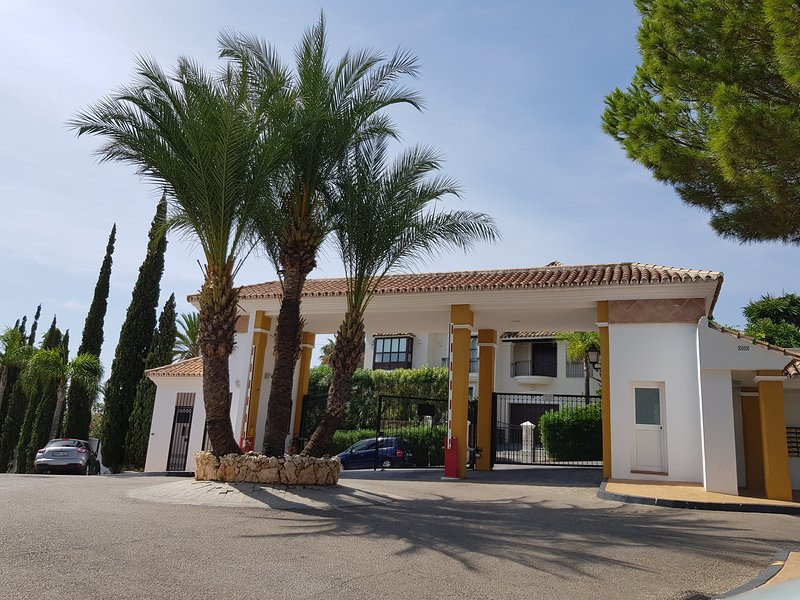 Gorgeous 2 bedroom apartment with private garden in the heart of Golf Valley, vacation rental in Istan