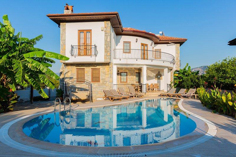 Villa Iris - 5 Bedrooms (sleeps up to 10 people), alquiler vacacional en Okcular