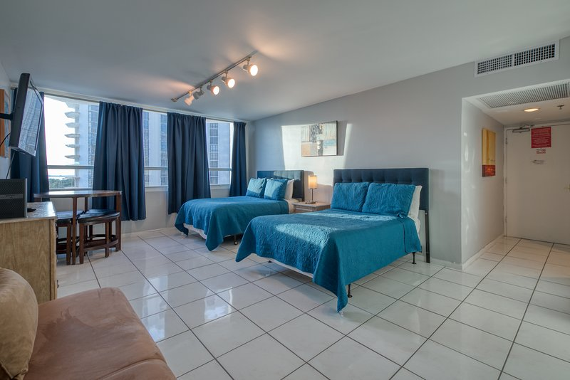 Cozy condo with shared pool and fitness room - right across from the beach!, holiday rental in North Bay Village