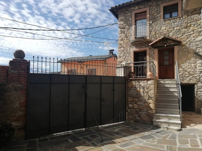 Spacious house with terrace & Wifi, holiday rental in Bellver de Cerdanya
