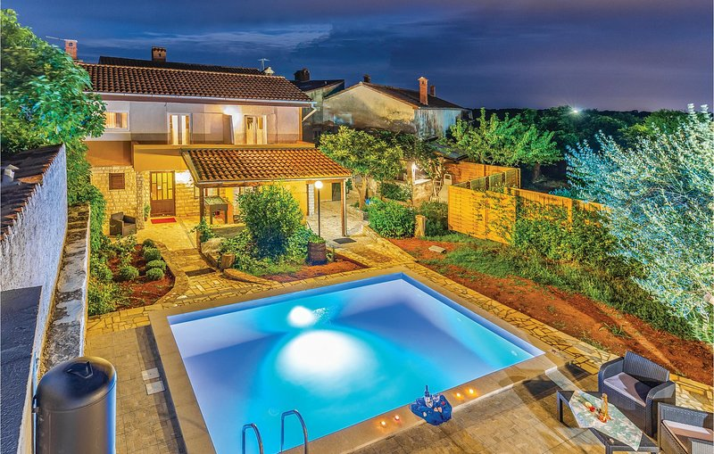 Nice home in Pavicini with WiFi, 4 Bedrooms and Outdoor swimming pool (CIO230), casa vacanza a Segotici