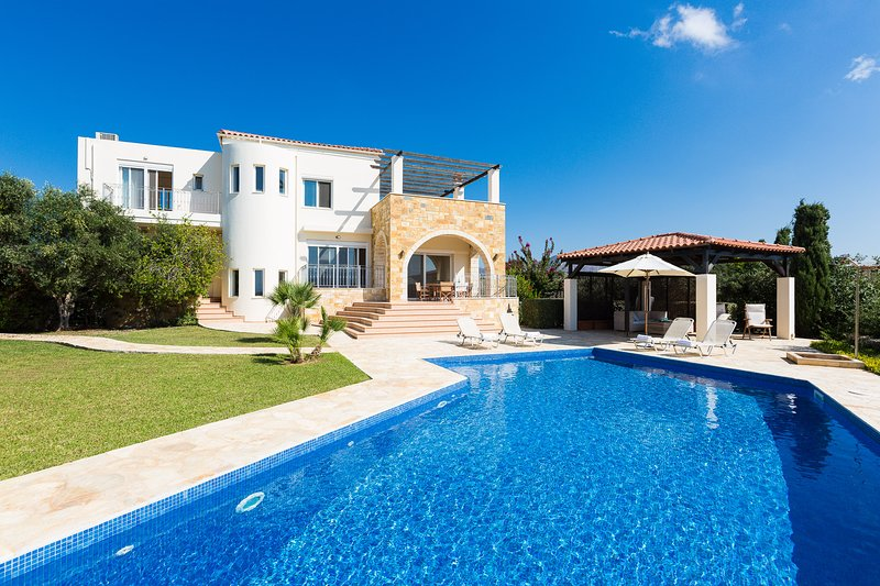 Lake and Sea Villa 100m from a sea cove and walking distance to two beaches, holiday rental in Tersanas