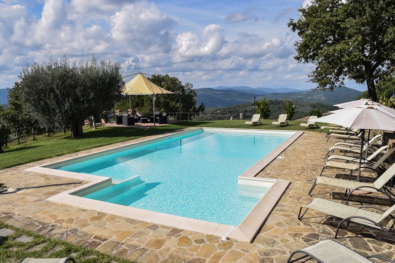 Beautiful large villa with fantastic pool and garden and fabulous view, vacation rental in Preggio