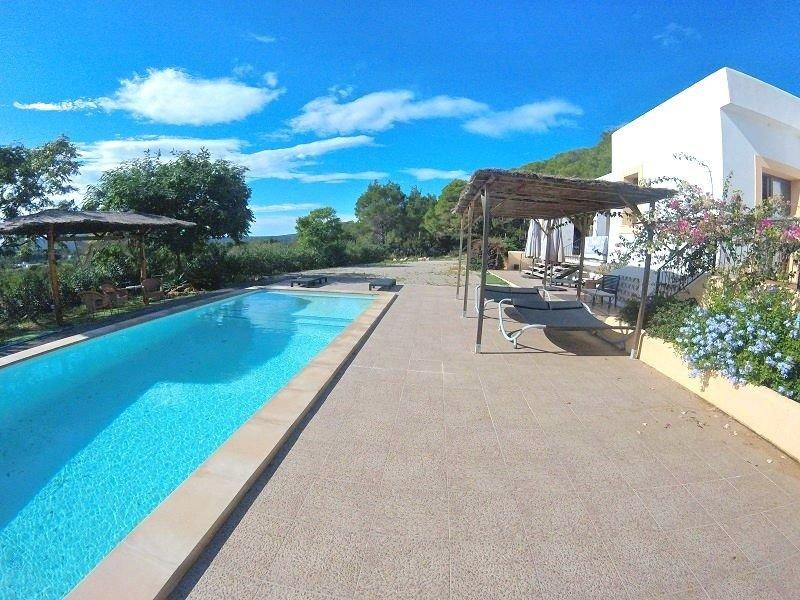 Amazing villa with swimming-pool, holiday rental in Cala Llenya