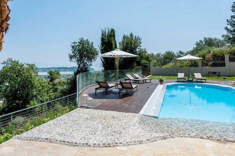Amazing villa with swimming-pool, aluguéis de temporada em Kompitsi