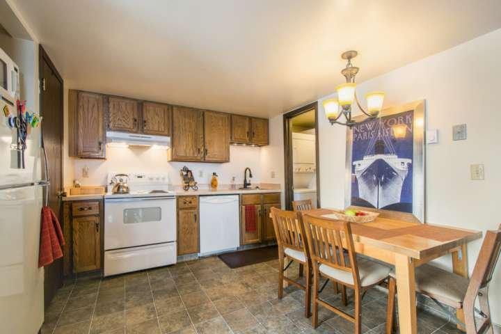 La cucina è completamente fornita di pentole, posate e stoviglie e ben aggiornata con contatori, mobili ed elettrodomestici.