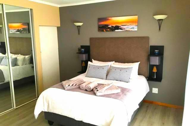 Unwind in a Modern Private Room - Own Entrance III - Close to Airport, location de vacances à Pretoria