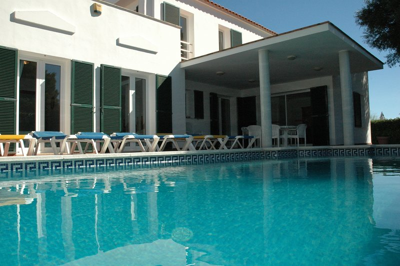 Spacious Villa with private pool, garden, wifi, air con, superb location., casa vacanza a Binibeca