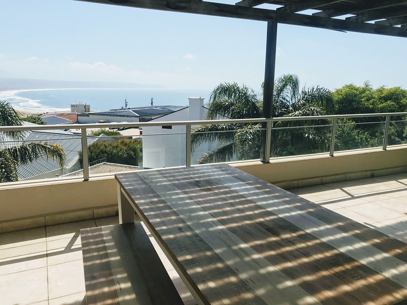 Vivi's Stylish & Central Apartment With Sea Views, holiday rental in Plettenberg Bay