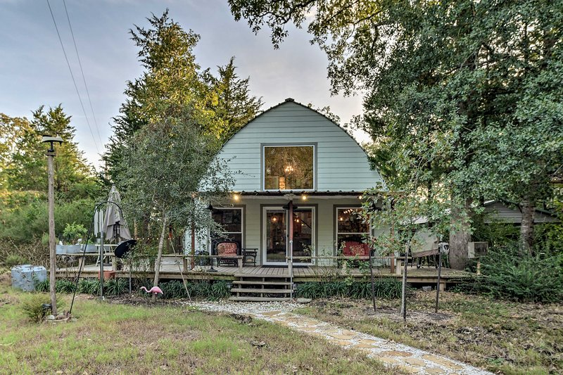 This studio cabin is located just 6 miles from the heart of the A&M Campus!