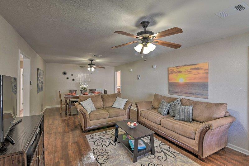 Open 'Island Time' Home ~1 Mi to Galveston Beaches, holiday rental in Galveston