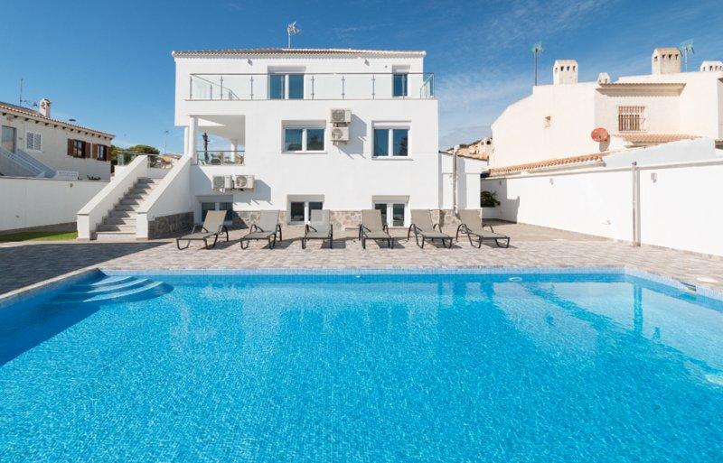 6 Bed Modern Luxury Villa 5 Min Walk to Beach!, vacation rental in Torrevieja