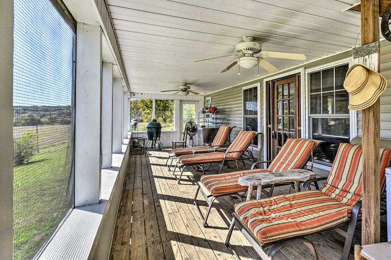 Goditi le viste mozzafiato dalla veranda protetta da questa casa vacanza!