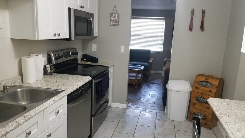 Cocina completa, microondas, refrigerador con dispensador de agua y hielo, triturador de basura