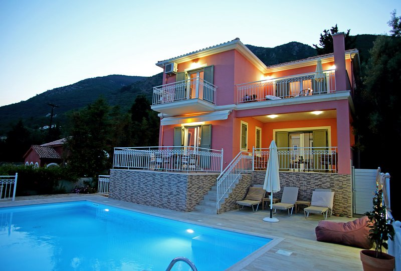 Beautiful villa with sea views, private pool and garden. 400m from the beach, vacation rental in Perigiali