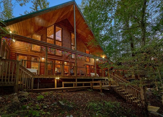 Cabin on the Creek!  4 Bedroom Luxury Cabin with outdoor fireplace!, vacation rental in Gatlinburg