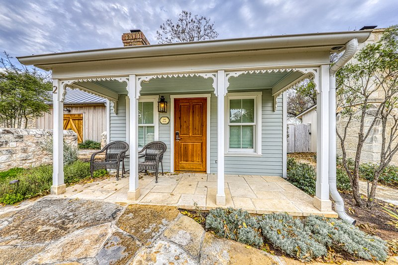 Sweet cabin near downtown with a private hot tub - perfect for romantic getaway., vacation rental in Fredericksburg