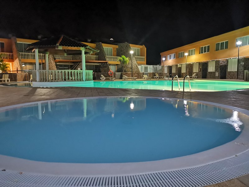 Spacious apartment with shared pool, holiday rental in Platero
