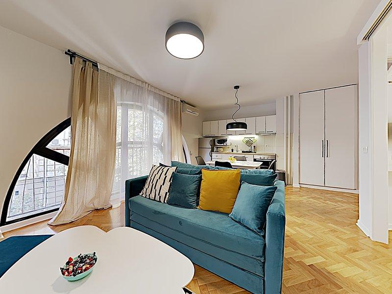 Grandi finestre semicircolari con tende • Aria condizionata • Completamente attrezzato