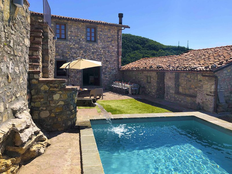 lovingly renovated house with private pool in a picturesque village, casa vacanza a Corfino