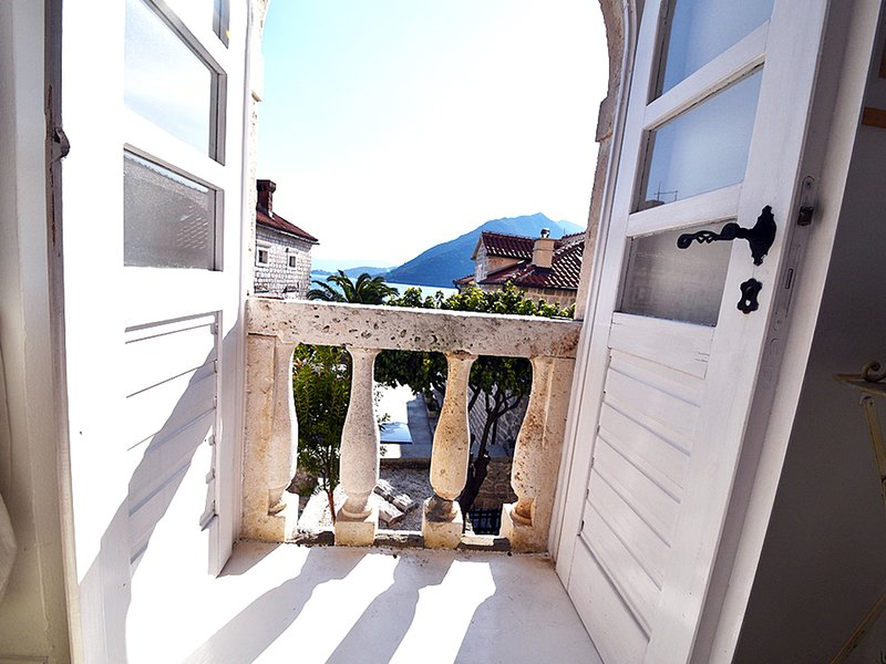 Sea Facing 3 Family friendly apartment in amazing location with free Wifi, aluguéis de temporada em Orahovac