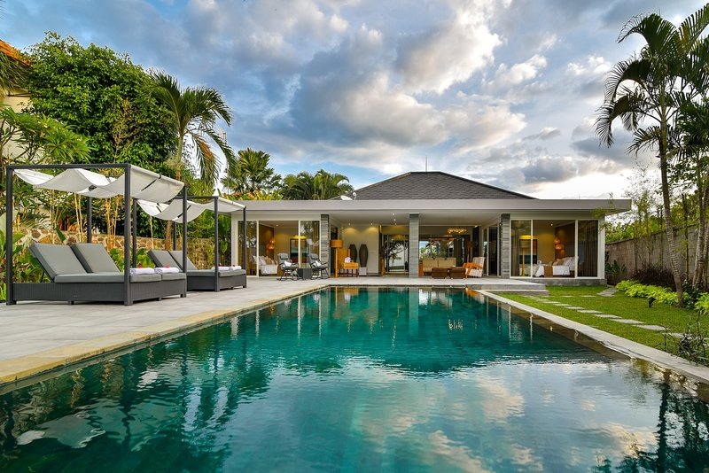 Villa Lou - Private Beachfront Villa, vacation rental in Rangdu